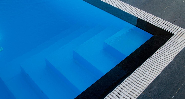 Борт переливного бассейна
